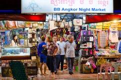 På den Siem Reap nattmarknaden i Cambodja Royaltyfria Bilder