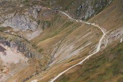 På den smala curvy vägen kör lastbilen i bergen Sommar i södra Frankrike royaltyfria foton