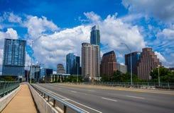 På den 1st gatan överbrygga tid för sommar för Austin texas eftermiddagperfektion Bliss Downtown Skyline Cityscape Arkivbild