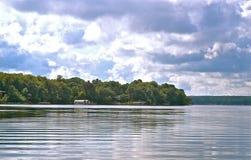 På det skimrande vattnet i Detroit sjöar Minnesota royaltyfri bild