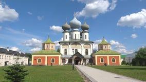 På domkyrkan av den mest heliga oskulden Tikhvin kloster, Ryssland lager videofilmer