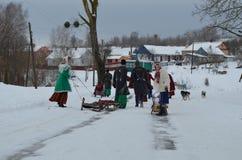 På en åka skridskor isbana går barn sledding Arkivfoto