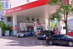 På en bensinstation Royaltyfria Bilder