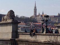 På en bro i Budapest Arkivfoto
