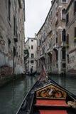 På en gondol runt om Venedig Arkivbilder