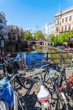 På en kanal i Utrecht Nederländerna Royaltyfri Fotografi