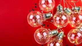 På en röd bakgrund är en girland av ljusa kulor placera text fotografering för bildbyråer