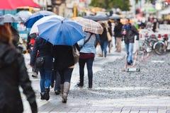 På en regnig dag i staden Royaltyfria Bilder