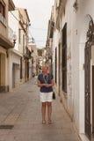 På en smal gata av Calella Arkivbilder