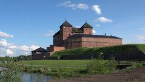 På en solig juni dag på fästningen Hameenlinna, Finland stock video