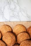 På en vit tabell för marmor sandiga runda kakor, en som är bruten, överkant VI Arkivbilder