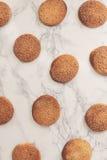På en vit tabell för marmor sandiga runda kakor, en som är bruten, överkant VI Royaltyfri Foto