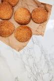 På en vit tabell för marmor sandiga runda kakor, en som är bruten, överkant VI Royaltyfri Bild