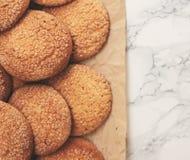 På en vit tabell för marmor sandiga runda kakor, en som är bruten, överkant VI Royaltyfria Foton