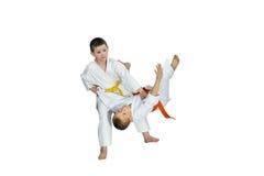 På en vitbakgrund utbildar sportsmens judokast Royaltyfri Fotografi