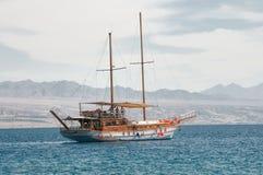 På en yacht i det kalla vattnet Arkivbild