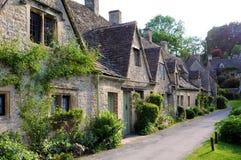 På engelska bygd för gamla hus av Cotswolds Royaltyfri Bild