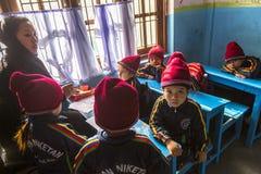 På engelska grupp för elever på grundskola för barn mellan 5 och 11 år Endast 50% av barn i Nepal kan nå kvalitet 5 Royaltyfri Bild
