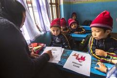 På engelska grupp för elever på grundskola för barn mellan 5 och 11 år Endast 50% av barn i Nepal kan nå kvalitet 5 Royaltyfria Foton