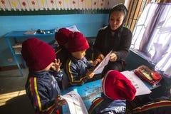 På engelska grupp för elever på grundskola för barn mellan 5 och 11 år Endast 50% av barn i Nepal kan nå kvalitet 5 Royaltyfria Bilder