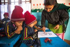 På engelska grupp för okända elever på grundskola för barn mellan 5 och 11 år, December 24, 2013 i Katmandu, Nepal Royaltyfri Bild