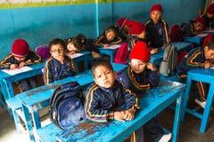 På engelska grupp för okända elever på grundskola för barn mellan 5 och 11 år Endast 50% av barn i Nepal kan nå kvalitet 5 Royaltyfri Fotografi