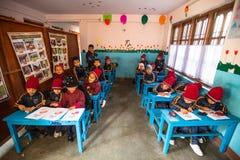 På engelska grupp för okända elever på grundskola för barn mellan 5 och 11 år Endast 50% av barn i Nepal kan nå kvalitet 5 Fotografering för Bildbyråer