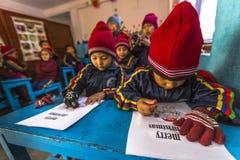 På engelska grupp för okända elever på grundskola för barn mellan 5 och 11 år Endast 50% av barn i Nepal kan nå kvalitet 5 Arkivbild