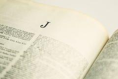 På engelska ordbok för Closeupbokstav J Arkivfoto