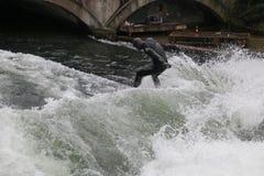 På engelska trädgård för surfare Munich Tyskland Royaltyfri Fotografi