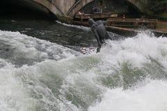 På engelska trädgård för surfare Munich Tyskland Fotografering för Bildbyråer