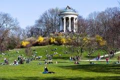 På engelska trädgård för vår - Munich Arkivbild