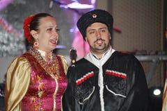 På etapp är dansare och sångare, skådespelare, körmedlemmar, dansare av kåren de balett och solister av kosackhelheten Royaltyfria Foton