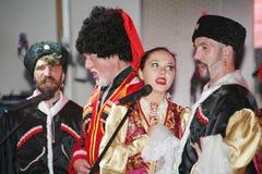 På etapp är dansare och sångare, skådespelare, körmedlemmar, dansare av kåren de balett och solister av kosackhelheten Royaltyfri Bild