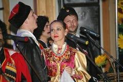 På etapp är dansare och sångare, skådespelare, körmedlemmar, dansare av kåren de balett och solister av kosackhelheten Fotografering för Bildbyråer