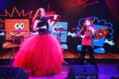 På etapp kopplar samman de uttrycksfulla rödhåriga violinistMaria Bessonova sönerna utvecklingar för fioltrio två av röda brännhe Royaltyfria Bilder