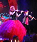 På etapp kopplar samman de uttrycksfulla rödhåriga violinistMaria Bessonova sönerna utvecklingar för fioltrio två av röda brännhe Arkivfoto