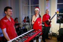 På etapp pop-vaggar musikerna gruppgrönmyntan och sångaren Anna Malysheva Rött Röd hövdad Glam vaggar att sjunga för flicka Royaltyfria Bilder