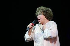 på etappen som sjunger den berömda sångaren Edita Pieha Royaltyfria Bilder