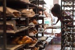 På ett bageri i Kfar Saba arkivbilder