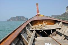 På ett fartyg för lång svans i Thailand Fotografering för Bildbyråer