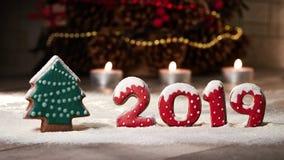 På ett pepparkakaträd och nedgångar 2019 för nummerpepparkakasnö Julordning på tabellen arkivbilder