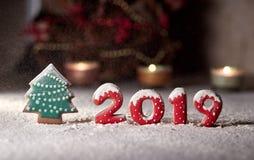 På ett pepparkakaträd och nedgångar 2019 för nummerpepparkakasnö Julordning på tabellen fotografering för bildbyråer