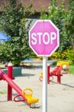 På ett stopp underteckna in children&en x27; s parkerar Arkivbilder