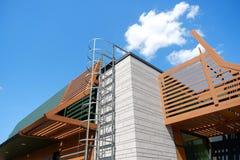På ett tak av ett byggande finns det en nöd- trappuppgång arkivbilder