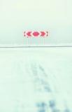 På föreningspunkten av vintervägen Val av rätt- eller vänstersidavänden Royaltyfri Bild