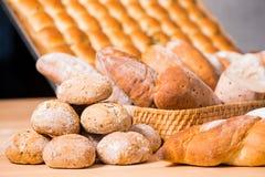 På förgrunden traditionella runda loaves för ett hantverkarevetebröd Arkivbild