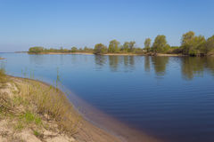 På flodbanken arkivfoto