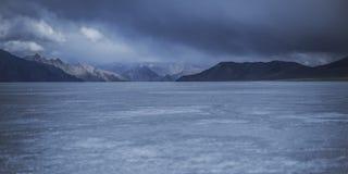 Is på floden Arkivfoton