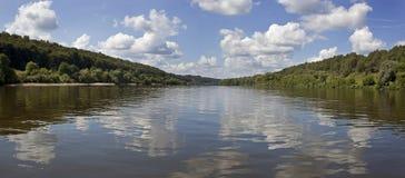 På floden Arkivfoton